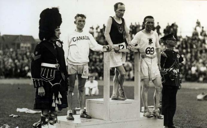 Descubre el porqué de la entrega de medallas deportivas en los podios